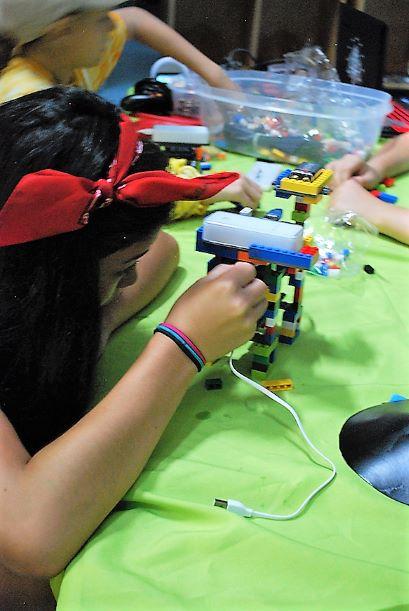 Students participate in robotics club!